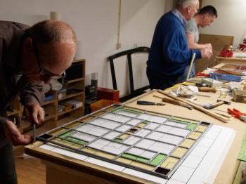 Glas in lood ramen maken tijdens workshop